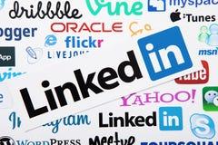 ΚΙΕΒΟ, ΟΥΚΡΑΝΙΑ - 10 ΜΑΡΤΊΟΥ 2017: Linkedin, skype, instagram, itunes logotype τυπωμένος σε χαρτί Χλεύη επάνω Τοπ άποψη και ανωτέ Στοκ Εικόνα