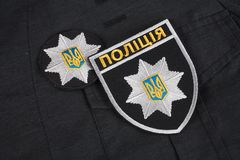 ΚΙΕΒΟ, ΟΥΚΡΑΝΙΑ - 22 ΝΟΕΜΒΡΊΟΥ 2016 Μπάλωμα και διακριτικό της εθνικής αστυνομίας της Ουκρανίας στο μαύρο ομοιόμορφο υπόβαθρο στοκ φωτογραφίες με δικαίωμα ελεύθερης χρήσης