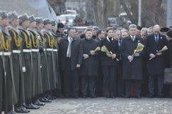 ΚΙΕΒΟ, ΟΥΚΡΑΝΙΑ - 28 Νοεμβρίου 2015: Ο Πρόεδρος της Ουκρανίας Petro Poroshenko και της συζύγου του τίμησε την μνήμη των θυμάτων τ Στοκ Εικόνα
