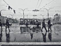 ΚΙΕΒΟ, ΟΥΚΡΑΝΙΑ - 13 ΟΚΤΩΒΡΊΟΥ 2018: Πεζοί στη βροχή Σκίτσα πόλεων το φθινόπωρο ρίχνει το μελαγχολικό παράθυρο βροχής πλακακιών στοκ εικόνα με δικαίωμα ελεύθερης χρήσης