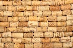 ΚΙΕΒΟ, ΟΥΚΡΑΝΙΑ - 18 ΦΕΒΡΟΥΑΡΊΟΥ: Το κρασί βουλώνει το εκδοτικό υπόβαθρο με τις πτώσεις του κρασιού στις 18 Φεβρουαρίου 2017 στο  Στοκ Εικόνες