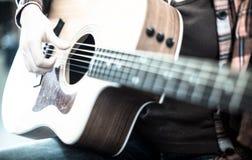 Κιθάρα εκμετάλλευσης κοριτσιών Εστίαση στις σειρές της κιθάρας Στοκ Εικόνα