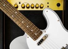 Κιθάρα ηλεκτρική και ενισχυτής στιγμιαίος βράχος τυπωμένων υλών φωτογραφιών μουσικής ανασκόπησης στοκ φωτογραφία