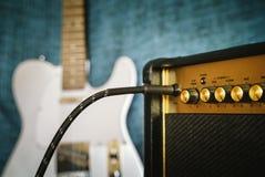 Κιθάρα ηλεκτρική και ενισχυτής στιγμιαίος βράχος τυπωμένων υλών φωτογραφιών μουσικής ανασκόπησης στοκ εικόνα