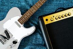 Κιθάρα ηλεκτρική και ενισχυτής στιγμιαίος βράχος τυπωμένων υλών φωτογραφιών μουσικής ανασκόπησης στοκ φωτογραφίες