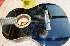 Κιθάρα και αντανακλάσεις, κινηματογράφηση σε πρώτο πλάνο Στοκ Φωτογραφίες