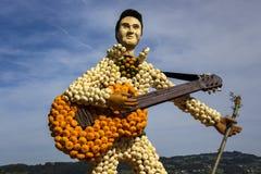 Κιθάρα και κιθαρίστας αγροτικής τέχνης φιαγμένοι από μικρό πορτοκάλι, πράσινος και wh Στοκ φωτογραφία με δικαίωμα ελεύθερης χρήσης