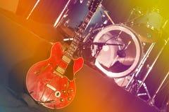 Κιθάρα και τύμπανα στη σκηνή στοκ φωτογραφίες