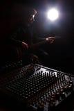 Κιθάρα καταγραφής και παιχνιδιού κιθαριστών Στοκ εικόνες με δικαίωμα ελεύθερης χρήσης