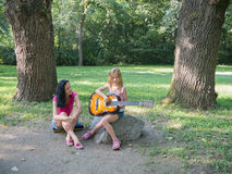 κιθάρα κοριτσιών λίγο παι&c Στοκ φωτογραφία με δικαίωμα ελεύθερης χρήσης