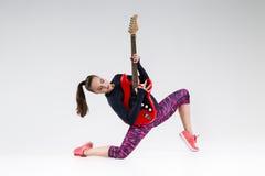 κιθάρα κοριτσιών ευτυχής στοκ εικόνα