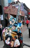 Κιθάρα με τα πρόσωπα μύθων country μουσικής έξω από τη γωνία ζωντανής μουσικής μύθων, στο κέντρο της πόλης Νάσβιλ Στοκ φωτογραφία με δικαίωμα ελεύθερης χρήσης