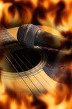 Κιθάρα με το μικρόφωνο, οθόνη φλογών πυρκαγιάς στοκ φωτογραφία