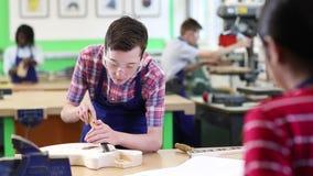 Κιθάρα οικοδόμησης σπουδαστών γυμνασίου στο μάθημα ξυλουργικής απόθεμα βίντεο