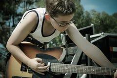 Κιθάρα παιχνιδιού αγοριών στην υπαίθρια συναυλία στοκ εικόνα