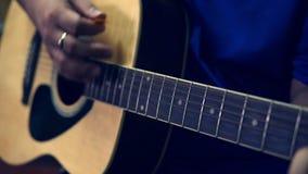 Κιθάρα παιχνιδιού ατόμων κοντά επάνω απόθεμα βίντεο