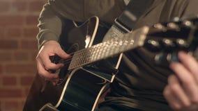 Κιθάρα παιχνιδιού ατόμων σε ένα στάδιο Μουσική συναυλία στενό χρωμάτων ύδωρ όψης κρίνων μαλακό επάνω στοκ εικόνα