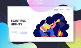 Κιθάρα παιχνιδιού νεαρών άνδρων στην πυρά προσκόπων στα τραγούδια θέσεων και τραγουδιού στρατοπέδευσης νύχτας, τουριστικό πεζοπορ απεικόνιση αποθεμάτων