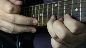 Κιθάρα παιχνιδιού σόλο στη μαύρη ηλεκτρική κιθάρα απόθεμα βίντεο