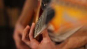 Κιθάρα παιχνιδιών μουσικών στο στούντιο καταγραφής φιλμ μικρού μήκους