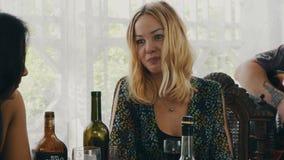 Κιθάρα παιχνιδιού ατόμων στο πεζούλι του εξοχικού σπιτιού Κορίτσι στον πίνακα με τα ποτά chatting απόθεμα βίντεο