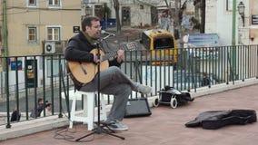 Κιθάρα παιχνιδιού μουσικών οδών στη Λισσαβώνα φιλμ μικρού μήκους