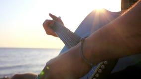 Κιθάρα παιχνιδιού χεριών μουσικών και είναι τραγουδά το τραγούδι απόθεμα βίντεο