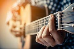 Κιθάρα παιχνιδιού χεριών Στοκ εικόνα με δικαίωμα ελεύθερης χρήσης