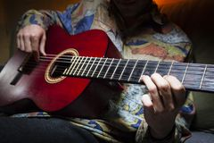 Κιθάρα που παίζεται από τον απρόσωπο κιθαρίστα Στοκ Εικόνες