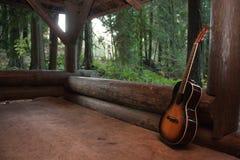 Κιθάρα σε μια καμπίνα Στοκ Φωτογραφία
