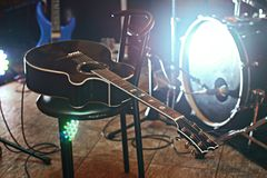 Κιθάρα σε μια καρέκλα κατά τη διάρκεια μιας συναυλίας Στοκ Εικόνες