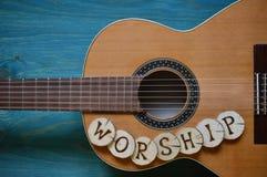 Κιθάρα στο ξύλο κιρκιριών με τη λέξη: ΛΑΤΡΕΙΑ Στοκ Εικόνες
