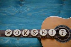 Κιθάρα στο ξύλο κιρκιριών με τη λέξη: ΛΑΤΡΕΙΑ Στοκ Φωτογραφίες