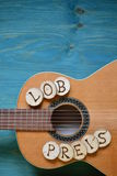 Κιθάρα στο ξύλο κιρκιριών με τη λέξη: LOBPREIS Στοκ φωτογραφία με δικαίωμα ελεύθερης χρήσης