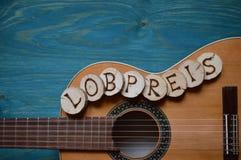 Κιθάρα στο ξύλο κιρκιριών με τη λέξη: LOBPREIS Στοκ Φωτογραφία