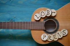 Κιθάρα στο ξύλο κιρκιριών με τη λέξη: LOBPREIS Στοκ Εικόνες