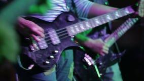 Κιθάρες στη ζωντανή δράση σε μια συναυλία Εστίαση ραφιών απόθεμα βίντεο