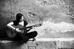 κιθαρίστας απομονωμένος Στοκ Φωτογραφίες
