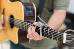 Κιθαρίστας ατόμων στην ακουστική κιθάρα Στοκ Φωτογραφίες