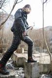 Κιθαρίστας βράχου στα βήματα Ένας μουσικός με μια βαθιά κιθάρα στο α Στοκ φωτογραφία με δικαίωμα ελεύθερης χρήσης