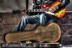 Κιθαρίστας με μια ανοικτή περίπτωση κιθάρων Στοκ φωτογραφία με δικαίωμα ελεύθερης χρήσης