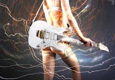 Κιθαρίστας με την άσπρη ηλεκτρική κιθάρα Στοκ Φωτογραφία