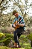 Κιθαρίστας με το τρελλό πρόσωπο που παίζει την κιθάρα Στοκ εικόνα με δικαίωμα ελεύθερης χρήσης