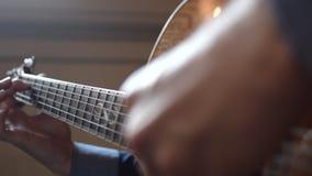 Κιθαρίστας που παίζει μια κιθάρα - άποψη κινηματογραφήσεων σε πρώτο πλάνο απόθεμα βίντεο