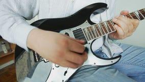 Κιθαρίστας που παίζει την ηλεκτρική κιθάρα απόθεμα βίντεο