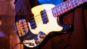 Κιθαρίστας που παίζει τη βαθιά κιθάρα στη ζωντανή συναυλία φιλμ μικρού μήκους