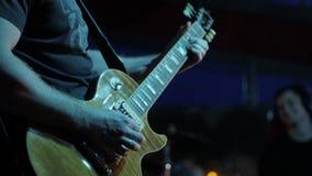 Κιθαρίστας δραστών που παίζει την κιθάρα Ο μουσικός παίζει ένα μουσικό όργανο στη σκηνή σόλο φιλμ μικρού μήκους