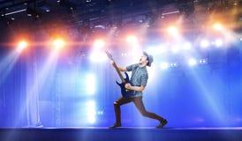Κιθαρίστας στη συναυλία Μικτά μέσα στοκ φωτογραφία