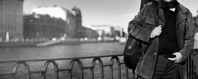 Κιθαρίστας στο ανάχωμα του καναλιού πόλεων στοκ εικόνες
