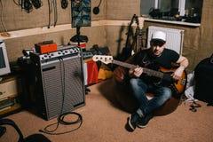 Κιθαρίστας στο παλαιό στούντιο μουσικής γκαράζ Στοκ Φωτογραφία